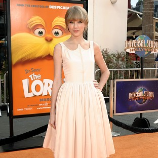 Taylor Swift has invited a fan with leukaemia to be her date at a country music awards ceremony